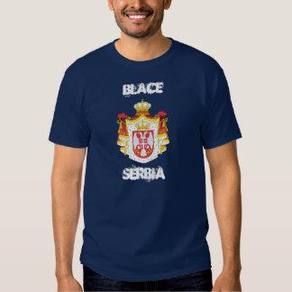 Blace, Serbie avec le manteau des bras T-shirt
