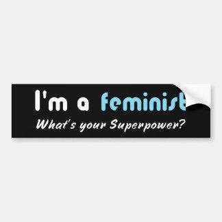 Blanc féministe de slogan de super pouvoir sur le autocollant de voiture