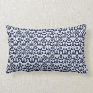 Blanc nautique de bleu marine checkered coussin rectangle