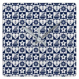 Blanc nautique de bleu marine checkered horloge carrée