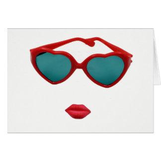 Blanc rouge de lunettes de soleil et de lèvres de carte de vœux