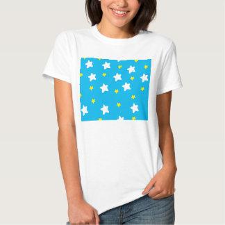 Bleu de ciel heureux d'étoiles t-shirts