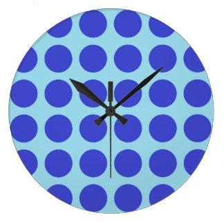 Bleu en pastel de pois bleu grande horloge ronde