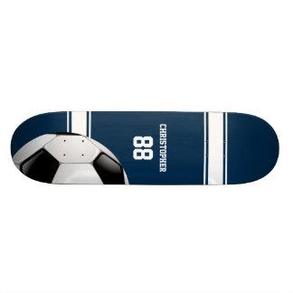 Bleu et blanc barre le ballon de football du plateaux de skateboards customisés