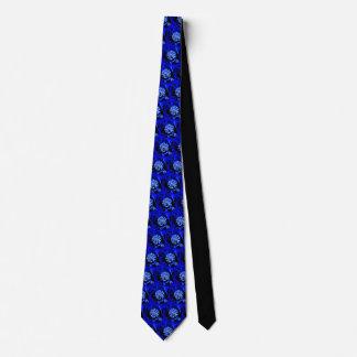 Bleu étranger unique de fleur sur la cravate noire
