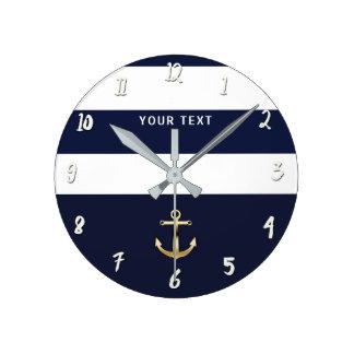 Bleu nautique et le blanc barre l'ancre d'or horloge ronde