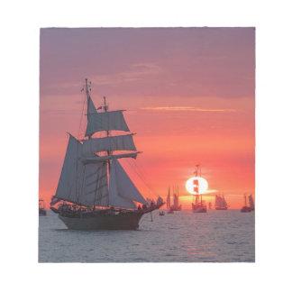 Bloc-note Grand voilier marchand dans le coucher du soleil
