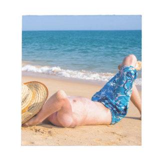Bloc-note Jeune prendre un bain de soleil de touristes sur