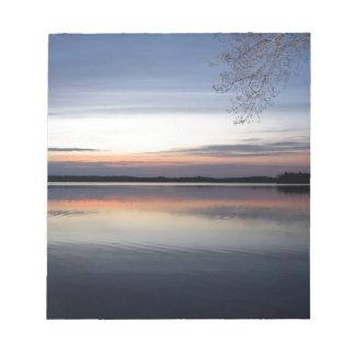 Bloc-note Les nuages roses réfléchissent sur le lac junior à