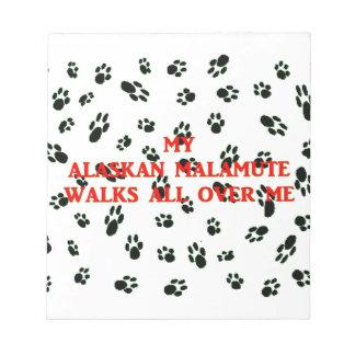 Bloc-note mon malamute d'Alaska marche sur moi
