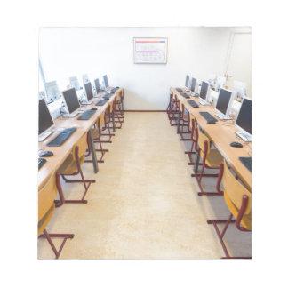 Bloc-note Ordinateurs dans la salle de classe de l'éducation