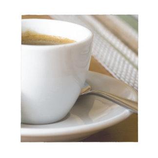 Bloc-note Petite tasse de café express sur une soucoupe avec