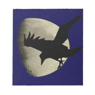 Bloc-note Raven volant à travers la lune