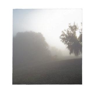 Bloc-note un matin brumeux avant le soleil est soulevé