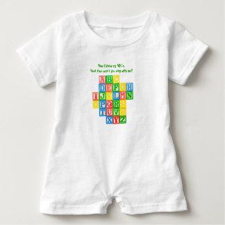 Blocs d'alphabet sur la barboteuse d'un enfant en