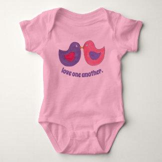 Body Amour un un autre oiseau rose de perruches de