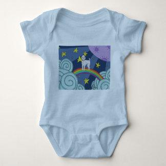 Body Caniche dans des vêtements de bébé de pays des