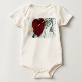 Body Coeur rouge de laine sur la photographie d'écorce