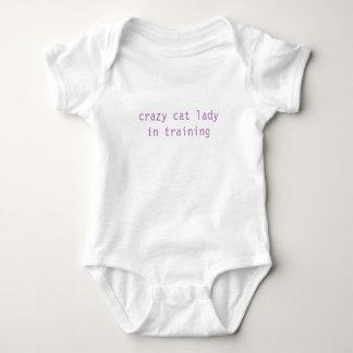 Body dame folle de chat dans le bébé de formation