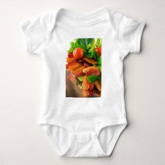 Body Détail d'un plat de lard et de tomate-cerise frits