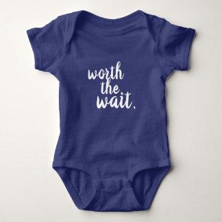 Body En valeur la chemise de bébé d'attente