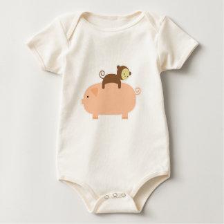 Body Équitation de singe de bébé sur un porc