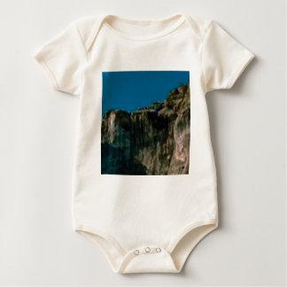 Body falaises de roche de ciel bleu