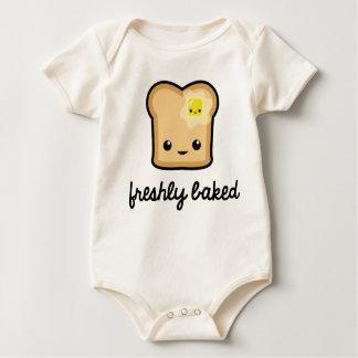 Body Habillement drôle fraîchement cuit au four de bébé