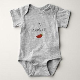 Body im une petite combinaison de bébé de piment