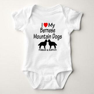 Body Le bébé aime deux chiens de montagne de Bernese