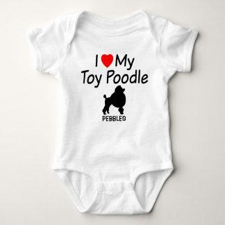 Body Le bébé aime le chien de caniche de jouet