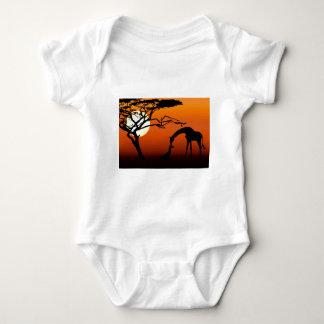 Body Mère et bébé de girafe dans le coucher du soleil