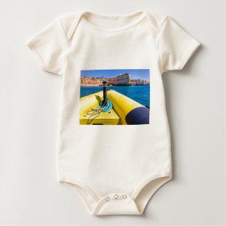 Body Navigation jaune de bateau vers des roches à