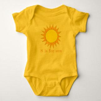 Body S est pour le soleil ensoleillé de rayons d'été