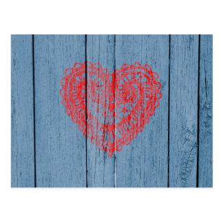 Bois bleu vintage et coeur rouge de dentelle carte postale
