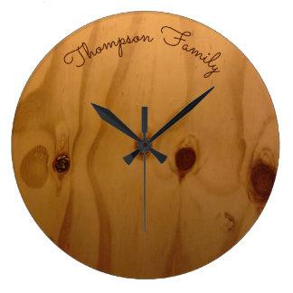 bois personnalisé de nom de famille rustique grande horloge ronde
