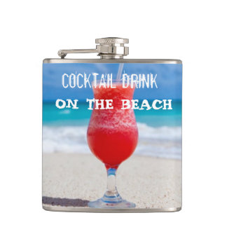 Boisson de cocktail sur la plage flasques