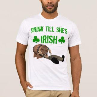Boisson jusqu'à ce qu'elle soit T-shirt irlandais