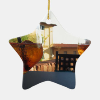 Boisson régénératrice d'apéritif d'été sur les ornement étoile en céramique