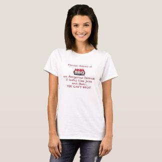Boissons gelées sur le T-shirt blanc
