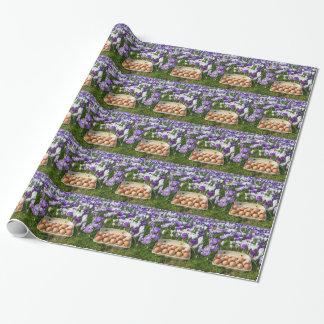 Boîte à oeufs avec des oeufs de poulet dans les papiers cadeaux noël