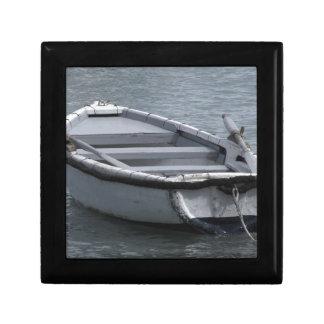 Boîte À Souvenirs Bateau d'aviron en bois simple sur la mer