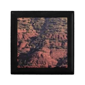 Boîte À Souvenirs bosses et morceaux dans la roche rouge