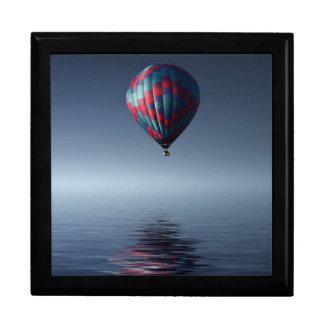 Boîte À Souvenirs Chaud-air-ballon stupéfiant au-dessus de l'eau