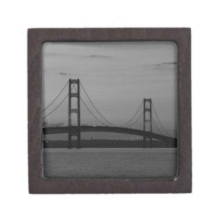 Boîte À Souvenirs De Première Qualité Pont de Mackinac à la gamme de gris de crépuscule