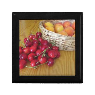 Boîte À Souvenirs Fruits frais d'été sur la table en bois légère