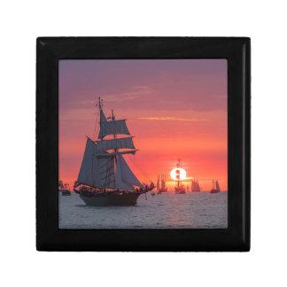 Boîte À Souvenirs Grand voilier marchand dans le coucher du soleil