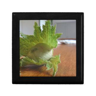 Boîte À Souvenirs Noisettes vertes fraîches sur une table en bois