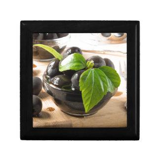 Boîte À Souvenirs Olives noires sur une table et des tasses en verre