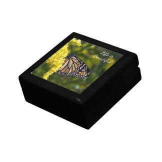 Boîte À Souvenirs Papillon de monarque sur la boîte-cadeau dorée de